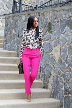 Printed blouse with hot pink pants Casual Work Outfits, Office Outfits, Classy Outfits, Chic Outfits, Fashion Outfits, Outfit Work, Blazer Outfits, Business Casual Attire, Professional Attire