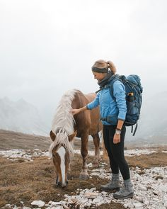 Wondering how to stay fresh in the wild? Stay clean while camping and hiking with our female hygiene tips for the backcountry, written by outdoor women. Climbing Outfits, Climbing Clothes, Hiking Gear, Hiking Backpack, Cute Hiking Outfit, Hiking Outfits, Sport Outfits, Rock Climbing Workout, Hiking Fashion
