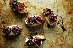 Crostini mit geröstetem Kirschen und Thymian auf Mandel Ricotta mit Honig und Balsamico | Heather Christo