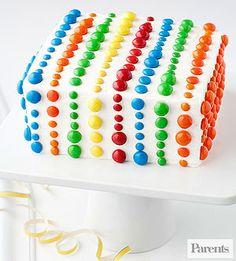 Estas hermosas tortas d cumpleaños son muy fáciles d hacer, uso d la mezcla d pastel favorito y sencilla, un glaseado blanco, o baño d chocolate blanco desp. lo adorno c lacasitos o virutas d colores d azúcar