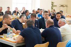 El Papa Francisco almorzó hoy con personal del Vaticano en el comedor comunitario de empleados
