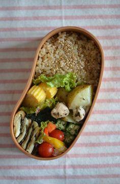 •玄米ごはん •皮付き新じゃがと鶏のハーブ焼き •たまごやき •おかわかめのおひたし •揚げの海苔&チーズ焼き •初夏野菜のピクルス •サラダ •お味噌汁