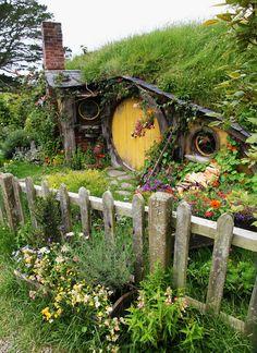 Cool fantasy fairy tale house Hobbiton movie set, Matamata, New Zealand. Cannot wait to visit here and see the hobbit house! Fairy Land, Fairy Tales, Beautiful World, Beautiful Homes, Fairy Doors, Gnome Garden, Garden Tools, Parcs, Tolkien