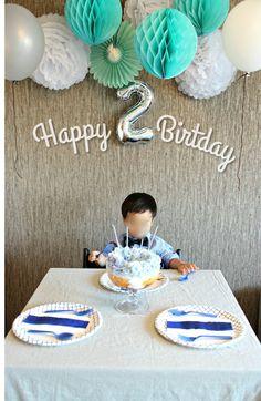 お友達をお招きして息子の2才誕生日パーティをやらせていただきました!!飾り付けはフラワーポンポン、ハニカムボール、バルーンなど使用。うつってないが天井への貼り方が雑で不細工になってしまった。バースデーケーキは見た目重視で足付ボウルで スコッ