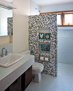 Project by Paula Quatrocchi and Paloma Siqueira Washroom Design, Bathroom Tile Designs, Toilet Design, Bathroom Design Luxury, Bathroom Design Small, Bathroom Layout, Small Bathroom With Shower, Tiny House Bathroom, Master Bathroom