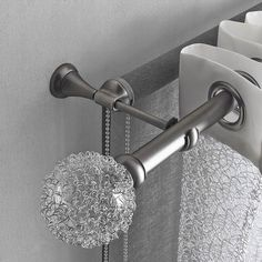 Elegantní záclonová tyč s roletou a efektní koncovkou Stylus G je kombinovaná s…