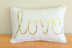 Eine wunderschöne und moderne Kissen mit Liebe in sparkly gold Pailletten auf scharfe weiße Leinwand geschrieben. Perfekt für Ihr Baby