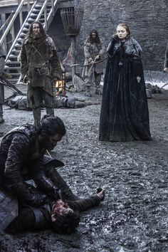 Ramsay, who had not accepted a coward duelocon Jon Snow, exceeded and defeated in the battlefield takes refuge in Winterfell .... not serve anything, the giant knocks down the door and taken prisoner. Sansa come and let the dogs Ramsay himself (who had hungry to devour the Stark) eat it. RIP Game of Thrones