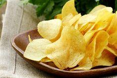 Le chips di patate al microonde sono facili e veloci da preparare e saranno una valida alternativa alle classiche patatine fritte. Ecco la ricetta