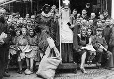 Sinterklaas en zijn vrouwelijke Piet, bij de Vlisco 1945