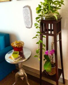 O contemporâneo lado a lado com o antigo. Mesa da Coisas da Doris  e cachepô herdado da minha avó.