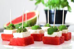 Wunderbar erfrischendes Low Carb Sommerrezept. Wassermelone, Feta und feines Basilikum-Pesto. Perfekt als Fingerfood für Partys oder als Grillbeilage.