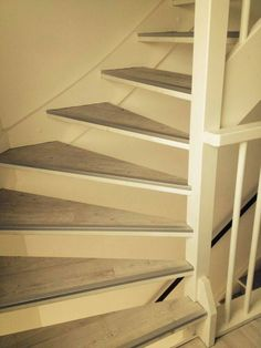 Bestel 6 GRATIS stalen op onze website handyfloor.nl  bPvc vloer gebruikt als trapbekleding.