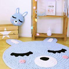 Habitaciones con encanto... ✨Con esta alfombra y cojín a juego crearás ese espacio mágico en la habitación de tu peque. Todo hecho a mano con la mayor delicadeza .................... Shop: ☆ artesesa.bigcartel.com☆ ..................... .. #artesesa#scandinavianstyle#alfombra#rug#crochet#trapillo#decoracion#kids#design#instacrochet#homestyle#hogar#storage#zpagetti#babyroom#barnerom#nurserydecor#amigurumi#babytoy#kidsdecor#kidsfashion#kidslife#nordicinterior#decorforkids#interi... Crochet Mat, Crochet Rug Patterns, Childrens Rugs, House Beds, Knitted Blankets, Paper Crafts, Kids Rugs, Creative, Diy