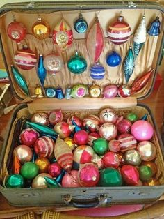 vintage ornaments displayed in vintage suitcase Christmas Booth, Decoration Christmas, Noel Christmas, Christmas Displays, Christmas Mantles, Silver Christmas, Victorian Christmas, Xmas, Antique Christmas Ornaments
