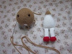 By Hook By Hand shares a new way of connecting an amigurumi dolls head on the body. This technique means that the doll can move its head back and forth. Very smart and all it takes is a slight modification to the body in the neck area. More info via the link.