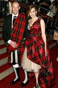 Touched with greatness: Alexander McQueen arrives for a party with Sarah Jessica Parker. Alexander McQueen changed our clothes and our minds - and, boy, could he wear a kilt. Sarah Jessica Parker, Mode Tartan, New Foto, Gala Gowns, Tartan Fashion, Fashion Wear, Fashion Women, Style Fashion, Luxury Fashion