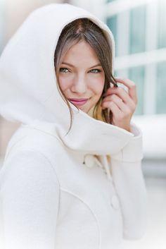 noni noni Brautkleider 2015 | Mantel für die Braut zum Brautkleid mit großer Kapuze und Knöpfen  (www.noni-mode.de - Foto: Le Hai Linh)
