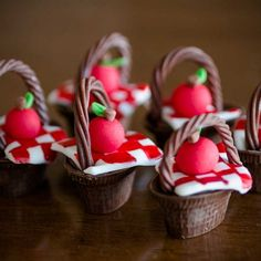 Bombons Infantis — Maria Amélia Chocolates, Candy Apples, Sweet Desserts, Mini Cakes, Cake Pops, Gingerbread, Biscuits, Birthday Parties, Picnic
