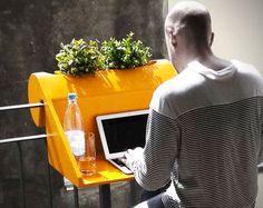 De meeste balkons staan met een paar stoelen, een tafeltje en wat planten al aardig vol. De balKonzept geeft je de mogelijkheid om slimmer om te gaan met die ruimte door een multifunctionele oplossing te bieden. Het is een balkontafel, bureau en plantenbak in één. Een simpel maar super handig concept. Bestellen kan hier.