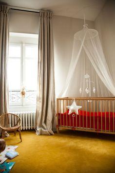 The Socialite Family | Chez Antonin et Elisa, Léontine 11 mois. La moquette jaune moutarde, une couleur douce et originale pour une chambre d'enfant. #deco #interieur #moquette #enfant #chambre #kidsroom #color #thesocialitefamily
