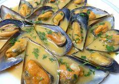 Mejillones al cava Pescado Recipe, Banana Colada, My Favorite Food, Favorite Recipes, Salty Foods, Party Buffet, Spanish Food, Mussels, Fresh Rolls