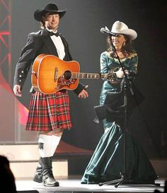 This must be a country singer, but I don't listen to that kind of music so I don't know who it is. But isn't that Shania Twain on the right?