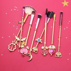 Kawaii fashion Sailor Moon Makeup Brush Set resembling Sailor Moon & Princess Serenity's arsenal of magical girl scepters, wands, and rods, perfect for any fan! Sailor Moon Maquillage, Sailor Moon Makeup, Cute Makeup, Beauty Makeup, Sailor Moon Merchandise, Sailor Moon Aesthetic, Sailor Venus, Sailor Jupiter, Sailor Mars