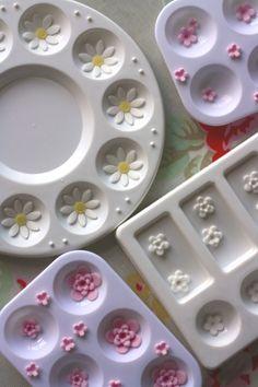 How to make simple sugarpaste flowers.