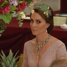 This evening July the Duchess of Cambridge (Kate Middleton) attended a State Banquet hosted by The Queen for King Felipe and Queen Letizia of Spain. The banquet took place in the ballroom of Buckingham Palace. Moda Kate Middleton, Style Kate Middleton, Kate Middleton Outfits, Vestidos Marchesa, Marchesa Gowns, Elizabeth Ii, Princesa Kate, Royal Tiaras, Royal Jewels