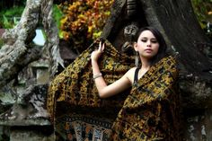 Minahasa Batik is batik fabrics using traditional or decorative motifs of traditional land Minahasa , North Sulawesi, Indonesia. Batik cloth itself is a fabric that is processed by means of batik, which makes the motive to carry out the color barrier with wax.