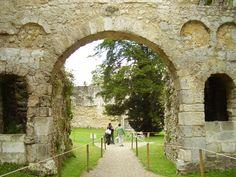 Abbaye_de_Jumièges, revers de façade avec ses médaillons carolingiens.- PEPIN III. 1)BIOGRAPHIE, 1.1MAIRE DU PALAIS AVEC CARLOMAN, 1.13 CRISE DE 743, 3: Après pluisieurs campagnes militaires et le rétablissement de CHILPERIC III, Pépin et Carloman trouvent le moyen de les calmer pour un moment. En 744, Pépin épouse BERTRADE DE LAON, fille de CARIBERT, comte de Laon. Elle lui donnera plusieurs héritiers dont le futur empereur Charlemagne.
