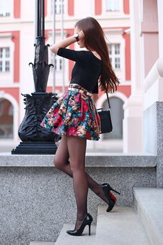 strumpfmode:  (via …help! I have nothing to wear! - fashion blog: Czarny odsłaniający ramiona top, kolorowa spódniczka w kwiaty, czarne rajstopy i szpilki)