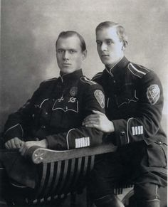 Белые офицеры с нашивками за ранения .