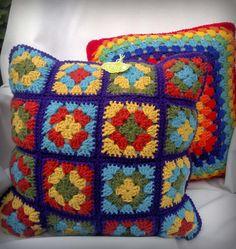 Almohadones cuadrados tejidos al crochet en lana acrílica o hilo de algodón, rellenos con vellón siliconado lo que los hace muy esponjosos y livianos. Pueden elegir los colores, diseños y medidas, los de las fotos miden 40 x 40 cm y aproximadamente 20 cm de grosor. Crochet Square Blanket, Crochet Square Patterns, Crochet Squares, Crochet Blanket Patterns, Crochet Motif, Crochet Pillows, Crochet Cushion Cover, Crochet Wool, Crochet Baby Dress Pattern