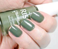 esmalte Verdinho na Mão é Vendaval da coleção risqué vidas sonoras nas unhas. Esmalte cremoso. Esmalte verde. Esmalte verde militar.
