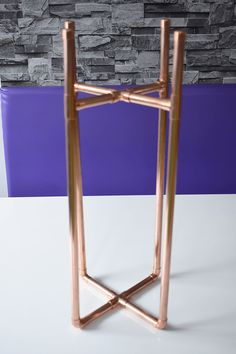 How to Make a DIY Copper Plant Stand - Caradise DIY copper plant stand. Make your own plant pot holder with my step by step tutorial plus pictures to create a bespoke planter using copper pipe & fittings. Tall Plant Stands, Diy Plant Stand, Tall Plant Stand Indoor, Plant Holders Diy, Copper Pipe Fittings, Corner Plant, Copper Decor, Pipe Furniture, Potted Plants
