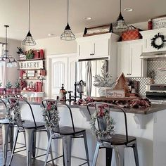 33 The Best Christmas Decor For Your Kitchen Table - One thing that most everyone looks forward to during this time of year is decorating your home for the Christmas holidays. This is the time of year wh. Farmhouse Christmas Kitchen, Rustic Christmas, Christmas Home, Farmhouse Decor, Christmas Ideas, Christmas 2019, Farmhouse Style, Silver Christmas, Industrial Farmhouse