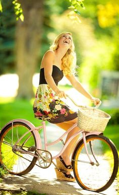 Senior pictures, i love this bicycle so much :D Bicycle Women, Bicycle Girl, Vive Le Sport, Poses Photo, Summer Dress, Summer Outfit, Cycling Girls, Cycle Chic, Senior Girls