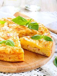 È sempre il momento giusto per la Frittata al prosciutto e formaggio, con ingredienti semplici come questi o arricchita a piacere secondo i vostri gusti.