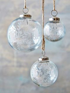 Etched with a delicate snowflake motif and crafted from wonderfully solid recycled glass, this bauble will make a deliciously Christmassy addition to your home.