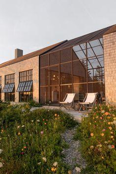Architecture Résidentielle, Minimalist Architecture, Casas The Sims 4, Basement House Plans, Maine Cottage, Forest House, Sims House, Facade House, Cool House Designs