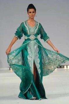 Caftan marocain couleur menthe, aérien et subtilement travaillé. Kaftan, muslim fashion, arab fashion, morocco, moroccan dress
