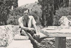 Ο Πάτρικ Λη Φέρμορ στην αυλή του σπιτιού του στην Καρδαμύλη.