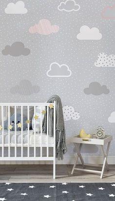 Vuoi creare uno spazio affascinante ed elegante per i tuoi bambini nella nursery o nella loro camera da letto? Allora non devi fare altro che installare la nostra decorazione murale con pattern di nuvole rosa e grigie. Questa adorabile immagine raffigura un pattern di piccole nuvole grigie, bianche e rosa su uno sfondo a chiazze verdi.