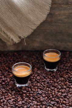 A Russian coffee:  125 g d'amandes décortiquées  sucre glace 225 g  120 g de blancs de œuf à température ambiante  60 g de sucre fin  25 g de cacao en poudre  100 g de chocolat noir  crème 50 ml