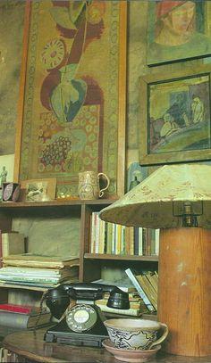 Fascinated by the Bloomsbury aesthetic. In the studio of Duncan Grant… Estilo Charleston, Charleston Homes, Duncan Grant, Vanessa Bell, Bloomsbury Group, Interior Decorating, Interior Design, Art Studios, Designer