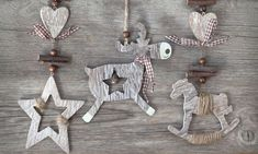 En esta ocasión, se han realizado diferentes adornos y se les ha añadido como decoración lazos, cuerdas y cascabeles. Se tratan de adornos de madera natural con un toque rústico y nórdico.