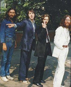 20. En 1969, les Beatles se préparent à poser devant l'objectif pour la célèbre pochette de leur disque « Abbey Road ».