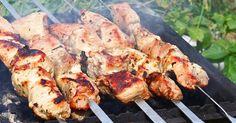 S májom a troškou slnka odštartovala aj grilovacia sezóna. Stretnete sa s rodinou a priateľmi za jedným stolom a ešte si aj doprajete skvelé jedlo. Medzi nami dievčatami vznikla cez víkend debata o marinádach na mäso. Zozbierali sme naše recepty a dnes vám ich prinášame, aby ste aj vy ochutnali šťavnaté mäsko. Klasická marináda Klasická …